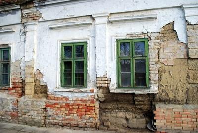 Napsugaras ház romos homlokzati fala
