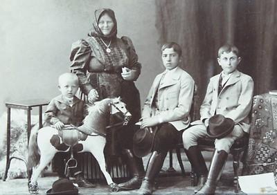 Bálint Sándor családja körében