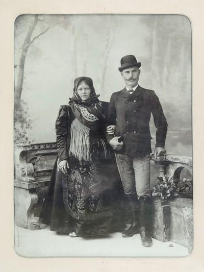 Bálint Sándor szülei: id. Bálint Sándor és Kónya Anna. Sötétbarna fa keretben