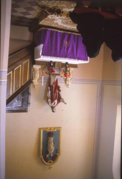 A Jézus szíve oltár és díszítés, fölötte Nepomuki Szt. János szobrával