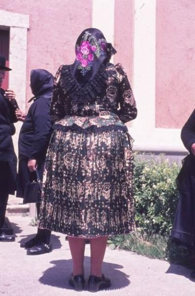 Középkorú asszony nagyünnepi viseletben
