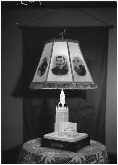 Ajándék asztali lámpa Sztálin születésnapja alkalmából.