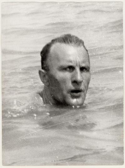 Kádár János úszik