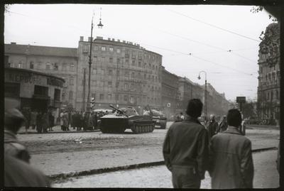Budapestről kivonuló szovjet harckocsik a Marx (ma: Nyugati) téren. Balra a Népbüfé épülete.