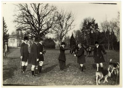 Rókavadászat gróf Andrássy család birtokán. A vadászmester átnyújtja a rókafarkot a társaság egyik hölgytagjának