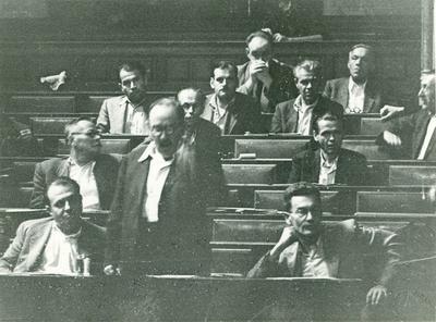 Nagy Imre felszólal a Parlamentben. Mellette Farkas Mihály és Révai József.