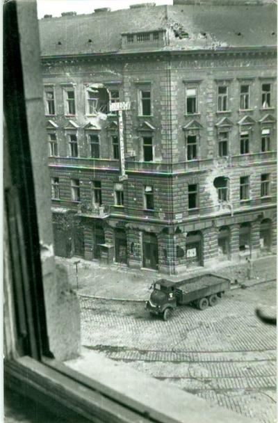 Ferenc körút - Mester utca sarok egy emeleti ablakból nézve. Az utcán teherautó.