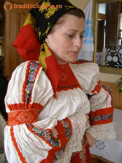 Costum popular femeiesc din satul Rogojel