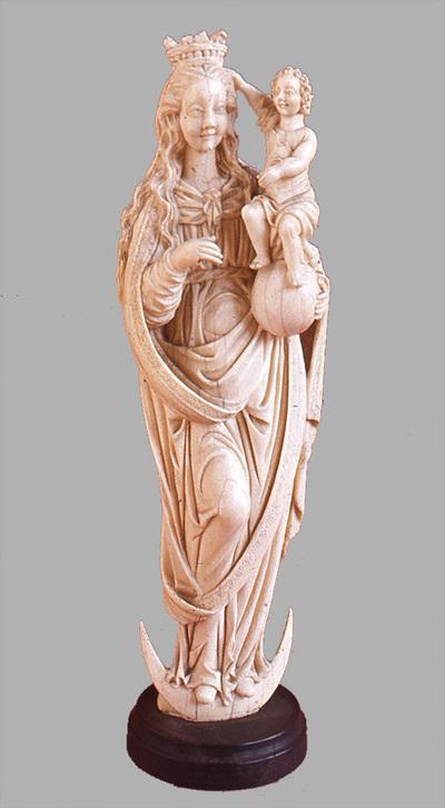 Szobor - holdsarlón álló Madonna a földgolyón álló gyermek Jézussal