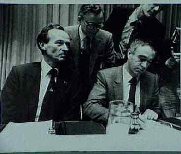 Ondertekening fusieprotocol Links: Van Leeuwen (CHU); midden Van Zeil (KVP), rechts: Hans de Boer (ARP)