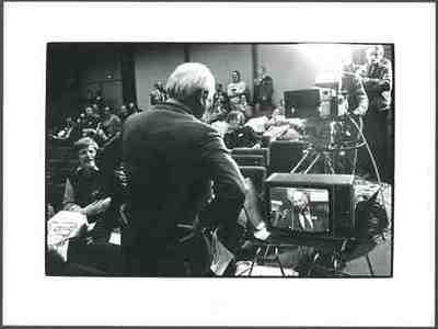Den Uyl (op rug) bereidt zich voor op televisie-interview