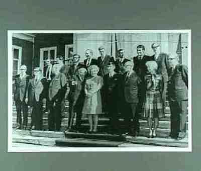 Presentatie van het kabinet-Den Uyl op de trappen van Huis ten Bosch Plaats van personen aangegeven op achterzijde foto