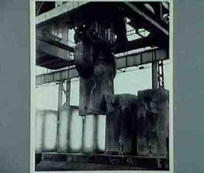 Blokwalserij. Stroophal. In de stroophal worden met een bijzondere kraan de blokvormen van de op een uit speciale gietwagens geformeerde trein geplaatste blokken afgetrokken