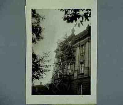 Die Insignien des letzten Könings werden entfernt vom Regierungsgebaude. Text auf der Rückseite
