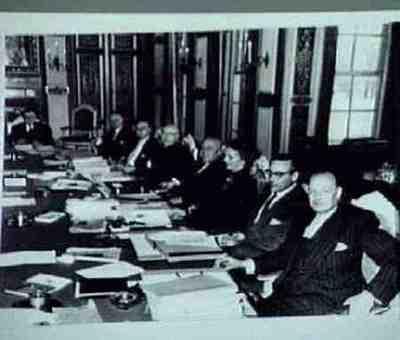 De eerste bijeenkomst van het nieuwe kabinet Plaats personen bij foto aangegeven Zie ook: BG A23/542 Kopie van exemplaar van W Drees