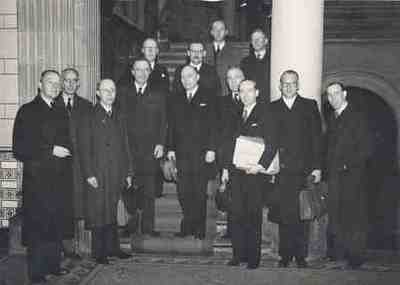 Speciale ministerraad met van Mook in ministerie van Justitie Plaats personen op achterzijde foto
