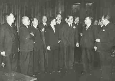 Prins Bernhard brengt verslag uit in de ministerraad van zijn reis naar Zuid-Amerika Kopie van exemplaar van W Drees Plaats personen aangegeven bij foto