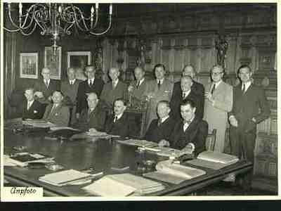Eerste ministerraad kabinet Drees I Plaats personen aangegeven bij foto