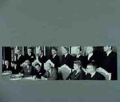 Eerste bijeenkomst nieuwe regering Plaats personen aangegeven op achterzijde foto