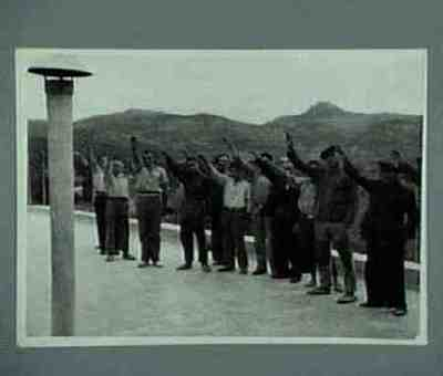 Des prisonniers républicains à Palma font le salut à la romaine