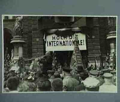 Überreichung des Fahnenbandes der Deutsch-Böhmischen Arbeiterdelegation für die Palme der Internationale Sever übernimmt das Fahnenband Serie von 4 Fotos