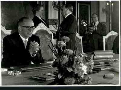 Eerste bijeenkomst van kabinet Drees-IV Drees begroet de eerste vrouwelijke minister, M Klompé Zittend: Struycken