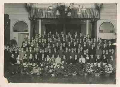 Sneevliet achter zesde vrouw (met witte blouse) van rechts op de eerste rij