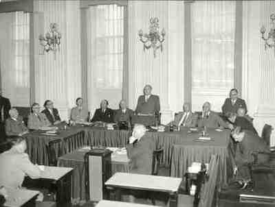 Centraal, achter de microfoon: Drees, rechts van hem: Mansholt