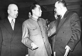 Gruppenaufnahme mit Ministerpräsident Bulgarien Chivu Stoica und Ministerpräsident Rot-China Tschu-En-Lai und 1. Sekretär der Kommunistischen Partei Rumäniens Gheorghe Gheorghiu-Dej