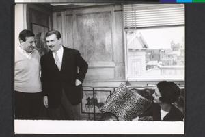Gino Cervi, in visita, e Paolo Spinola sul set de La fuga (Paolo Spinola, 1964)
