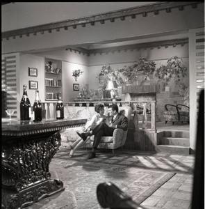 Dawn Addams e Henri Vidal sul set di Pensione Edelweiss (Ottorino Franco Bertolini, 1959)