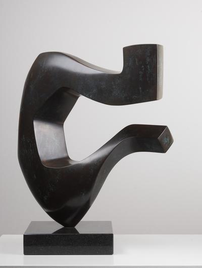 Een bronzen beeldhouwwerk getiteld 'Lier', circa 1985.