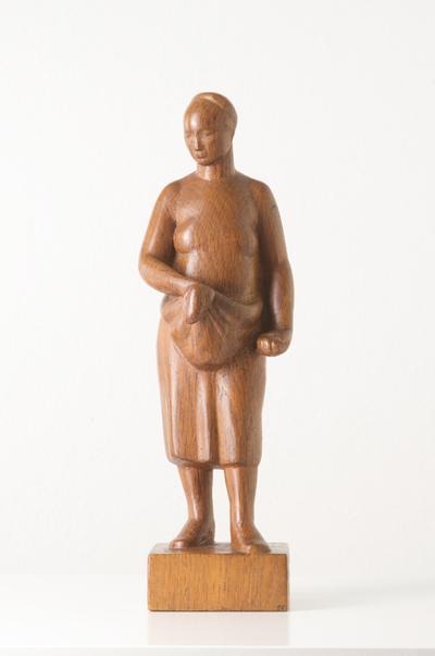 Een houten beeld uit 1958 getiteld Pruimenoogst.