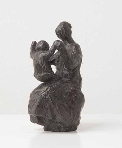 Een bronzen beeldje uit 1964 getiteld: Moeder en kind,