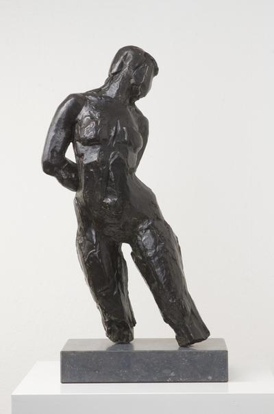 Een bronzen beeldje op stenen sokkel getiteld 'Beweging', 1979.