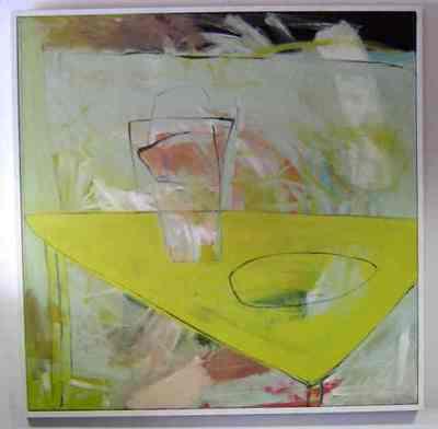 Een schilderij getiteld 'Gele tafel', 1988. Op de voorgrond een driehoekige gele tafel, waarop in zwart een cirkelvorm getekend, en een glazen kan.