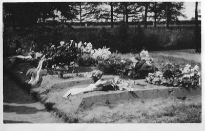 Begraafplaatsen op Berkenhove van Engelse vliegers. Het vliegtuig is neergeschoten in de nacht van 25 op 26 juni 1943 in IJzerlo. B.H. Church, W. Th. Davis, F. Millis, W. H. Thomson en J.F. Tritton zijn op 29 juni 1943 begraven.