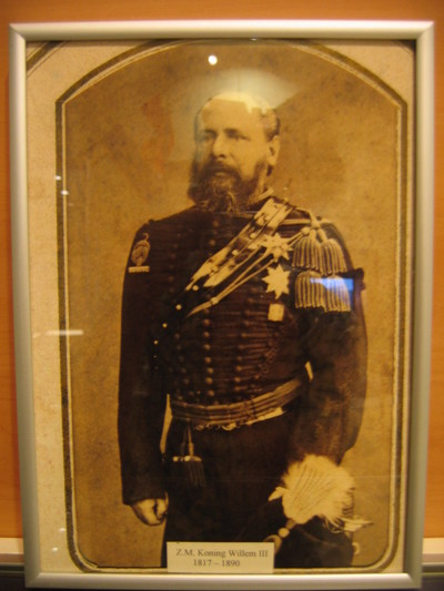 Portret Koning Willem III in kleine tenue officier KRA, kniestuk 3/4 gewend naar rechts in metalen lijst