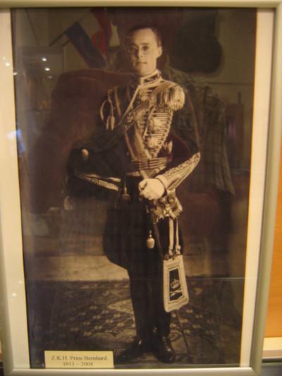 Portret Prins Bernhard in ceremoniële tenue KRA, hele figuur gewend naar rechts in metalen lijst.