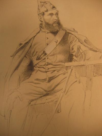 hele zittende figuur in staltenue en mantel RA , frontaal, hoofd naar links gewend.