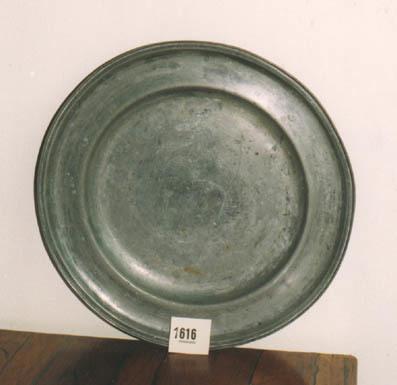 Rond bord waarvan een rand van vijf en halve cm breed, verhoogd is en eindigt in een ronde verdikking.