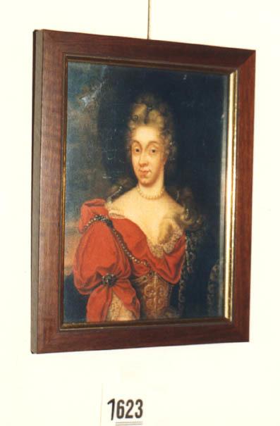 Portret van een vrouw. Borstbeeld naar links. Gekleed in een rode japon met decolleté. Om haar hals een parelsnoer. Het haar opgestoken.