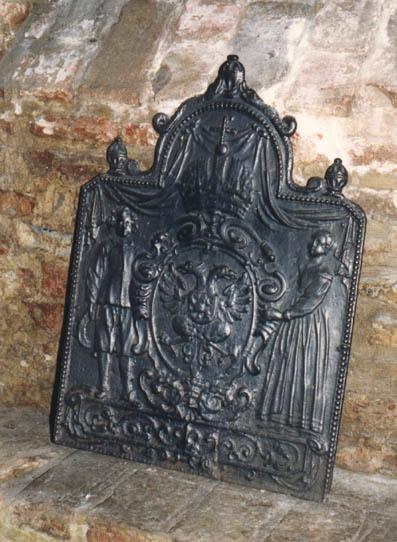 Plaat met wapen dat door een man en een vrouw wordt vastgehouden; aan de onderzijde gebarsten