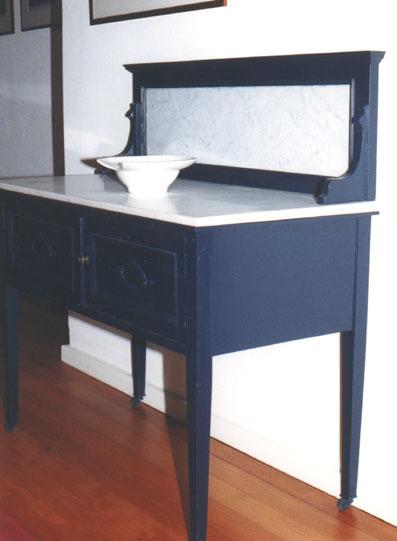Wastafel, blauw geschilderd met carrara marmer bovenblad en dito opstand
