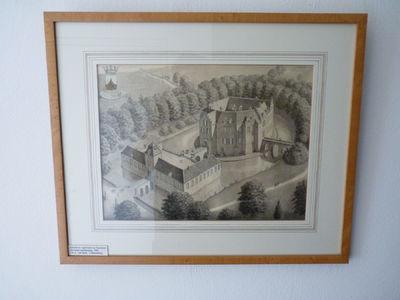 Kasteel Geysteren schuin van voren van boven gezien. Aan de linkerkant de voorburcht en aan de rechterkant de hoofdburcht. De hoofdburcht bestaat uit een een rondlopend huis dat overal gelijke hoogte heeft. Rechts uit het gebouw komt een brug uit op het begin van een bosje dat linksom rond het kasteel loopt.