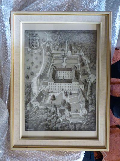Schloss Zeil in vogelvlucht van de voorkant gezien. In het midden een groot vierkant gebouw, daaromheen gebouwen bossen en parken. Links boven in de hoek een wapen en daaronder geschreven Schloss Zeil.