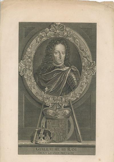 Zwartwitprent met daarop in borstbeeld Willem III. De beeltenis van Willem III is omrand door een ovaal. De ovaal is versierd met bloemmotieven. Onder het ovaal een gekroond wapen met links daarnaast een kroon en een staf. Hier weer onder staat Guillaume III Roi de la Grande Bretagne. Willem III is gekleed in een harnas met daarom een cape gewikkeld.