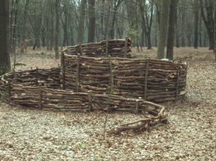 De Stichting Kunst in Putten (SKIP) organiseerde in 2011 een LAND ART project in het Puttense buitengebied. De spiraal is een oeroud symbool voor het begin en het einde van het leven. Het gebruikte hout vormt op termijn een humuslaag voor nieuwe kiemplantjes.