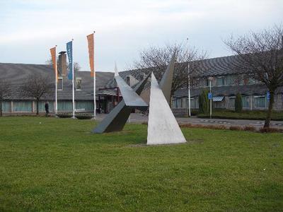 Dit abstracte (uit ruimtelijke driehoeken opgebouwde) kunstwerk was het tweede kunstwerk in de openbare ruimte van Duiven. Het kreeg een plaats voor het nieuwe gemeentehuis. Als symbool van gemeente Duiven als groeikern. Het was een geschenk van een bouwondernemer aan de gemeente.