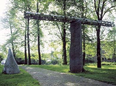 Voor de Arnhemse kunstenaar Jerôme Symons is kunst in de eerste plaats een communicatiemiddel, een soort beeldtaal, waarmee hij zijn publiek een verhaal wil vertellen. Staande tussen de bomen zou de stalen buis, die balanceert op een blok graniet, volgens de kunstenaar dezelfde schittering opleveren als het wateroppervlak van een bosbeekje. De openingen in de buis doen denken aan wolken. Maar in plaats van de hemel te verhullen, bieden de wolken van Symons juist zicht hierop. Heel toepasselijk werd het kunstwerk aan de gemeente Zutphen geschonken door het Waterschap Rijn en IJssel.